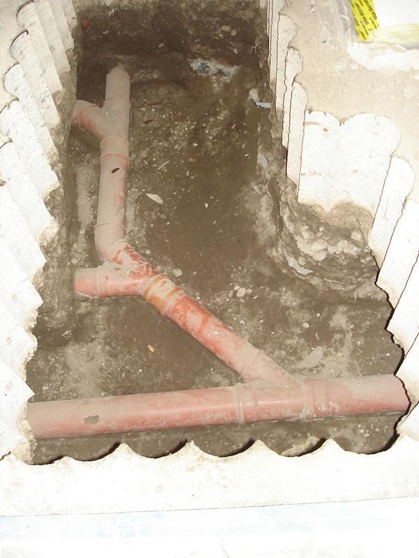 Mängel an den Kanälen einer Gebäude-Entwässerung